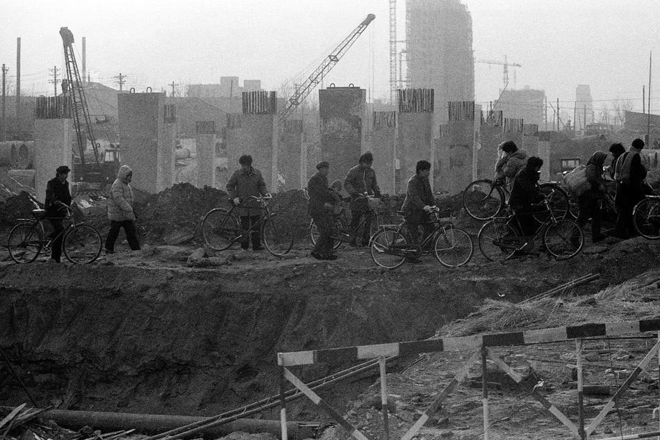 After going through various historical periods, especially after the construction of the Beijing subway, there are very few city gates and walls left in Beijing The picture shows the Dongzhimen overpass under construction in 1987. Photography: Guo Jianshe